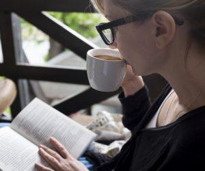 好きな本を読むのは、風が心地よいウッドデッキで